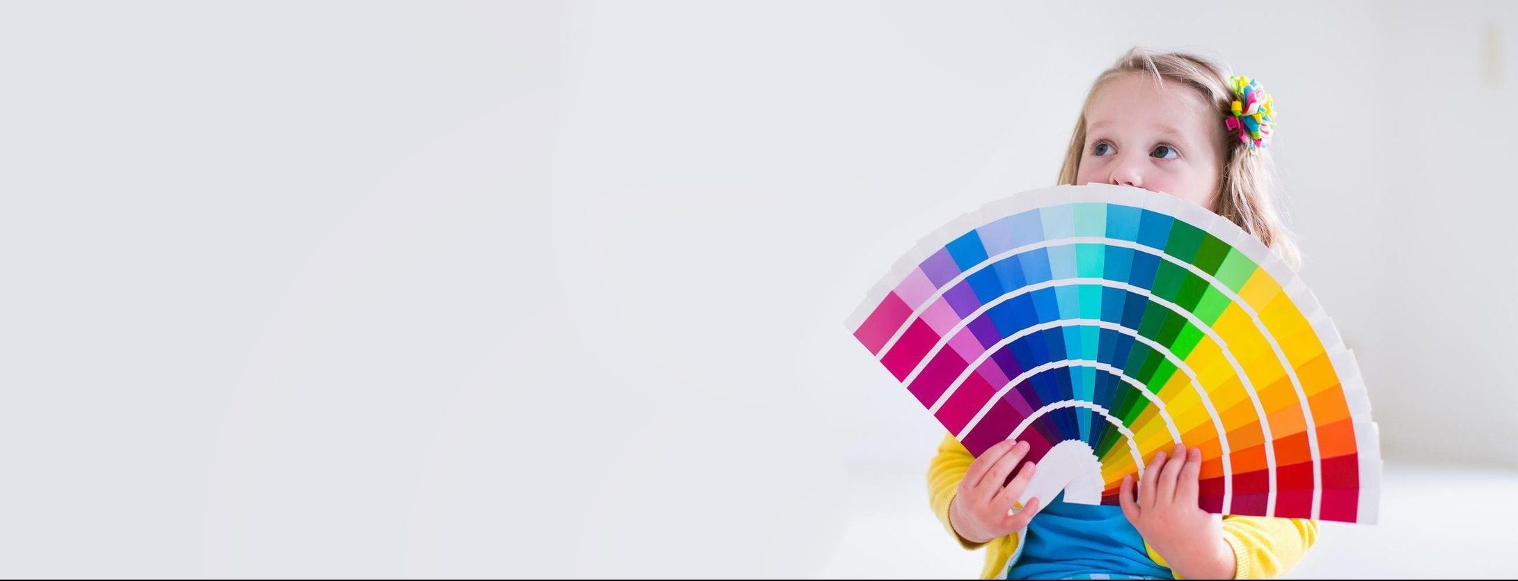 Nena con paleta de colores